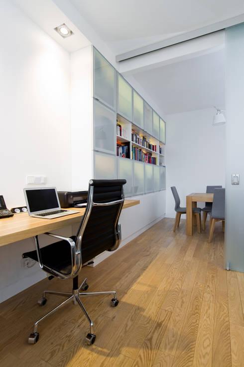 Projekt wnętrz apartamentu w kamienicy na krakowskim Kazimierzu: styl , w kategorii Domowe biuro i gabinet zaprojektowany przez COOLDESIGN