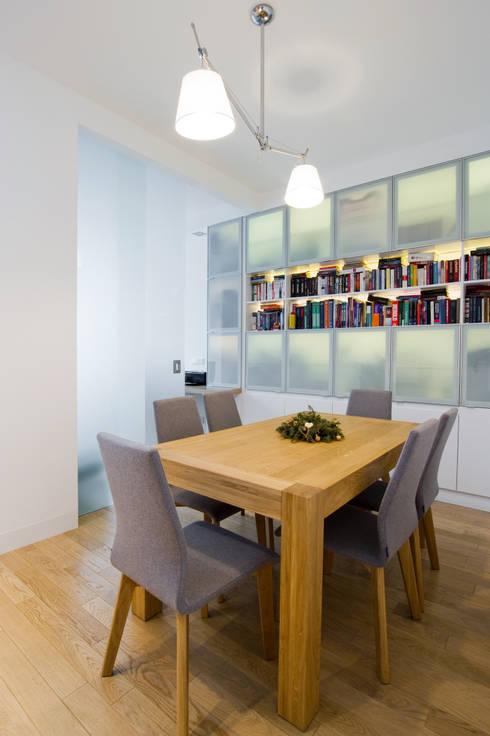 Projekt wnętrz apartamentu w kamienicy na krakowskim Kazimierzu: styl , w kategorii Jadalnia zaprojektowany przez COOLDESIGN
