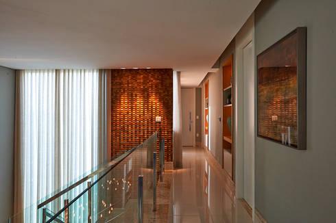 Residência LM: Corredores e halls de entrada  por Gláucia Britto