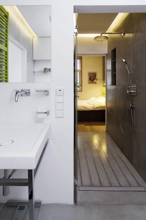Projekt wnętrz apartamentu w kamienicy na krakowskim Kazimierzu: styl , w kategorii Łazienka zaprojektowany przez COOLDESIGN
