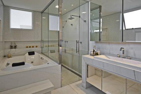 Residência LM: Banheiros modernos por Gláucia Britto
