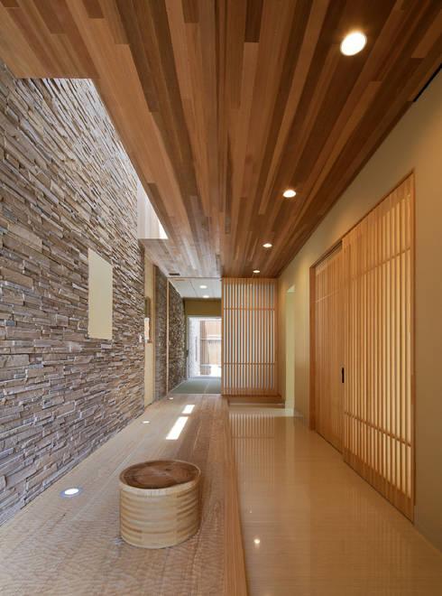 姫路市T邸: 空間工房 用舎行蔵 一級建築士事務所が手掛けた廊下 & 玄関です。