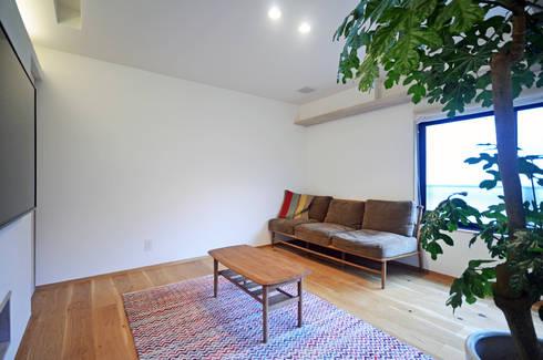 リビングルーム: 大塚高史建築設計事務所が手掛けたリビングです。