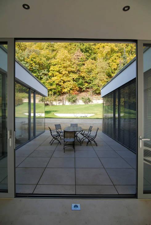 Wohnen zwischen Wald und Reben:  Terrasse von Architekten BDA Becker | Ritzmann