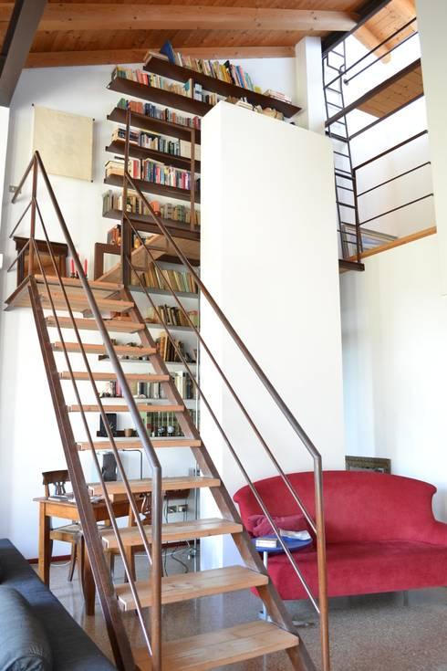 Casa Bressan: Ingresso & Corridoio in stile  di Studio Thesia Progetti