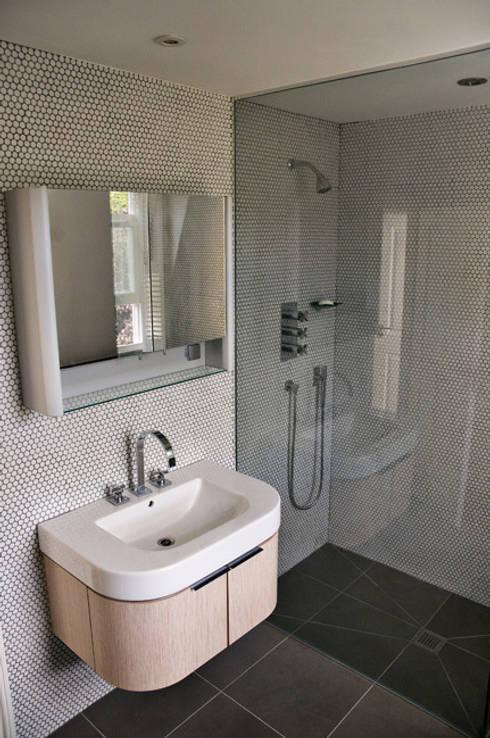 En-suite shower room:  Bathroom by Wodu Architects
