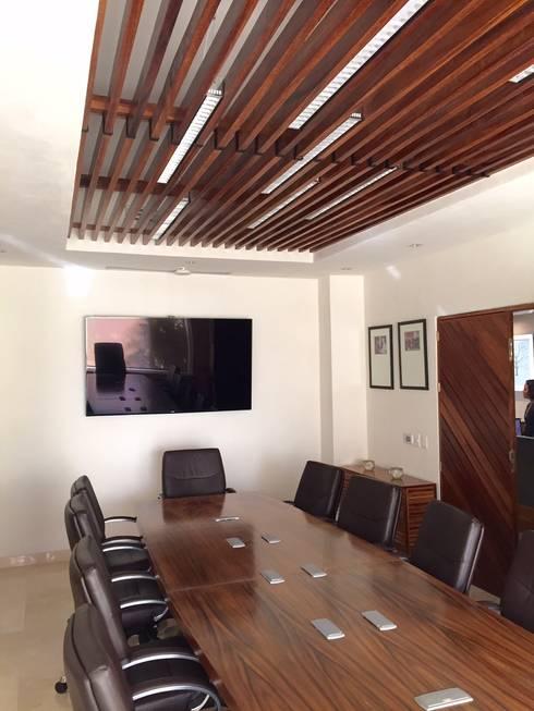 Marival Hotel Office: Salas multimedia de estilo moderno por DECO designers