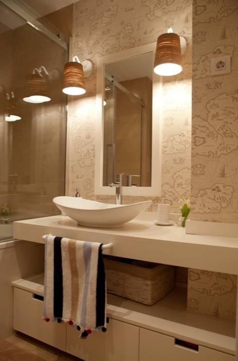 Sube Susaeta Interiorismo – Sube Contract diseño interior de casa con gran cocina: Baños de estilo clásico de Sube Susaeta Interiorismo