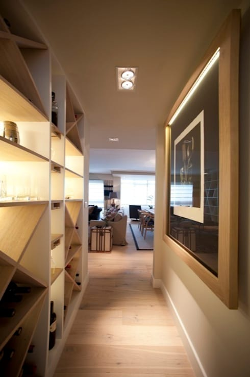 Sube Susaeta Interiorismo - Sube Contract diseño interior de casa con gran cocina: Pasillos y vestíbulos de estilo  de Sube Susaeta Interiorismo