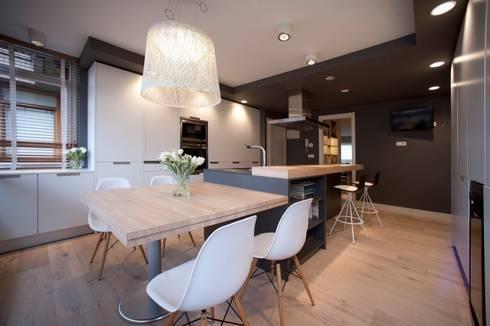 Sube Susaeta Interiorismo – Sube Contract diseño interior de casa con gran cocina: Cocinas de estilo moderno de Sube Susaeta Interiorismo