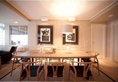 Sube Susaeta Interiorismo – Sube Contract diseño interior de casa con gran cocina: Comedores de estilo moderno de Sube Susaeta Interiorismo