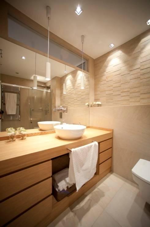 Sube Susaeta Interiorismo – Sube Contract diseño interior de casa con gran cocina: Baños de estilo moderno de Sube Susaeta Interiorismo