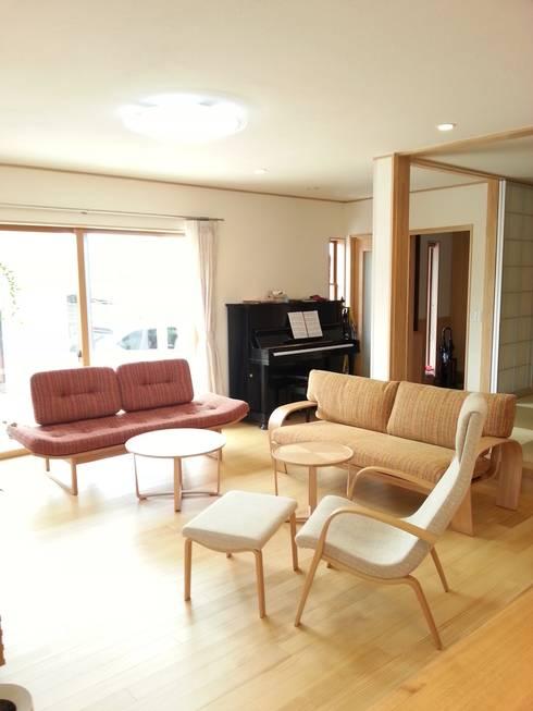 違うデザインのソファでコーディネイト: 家具の福岳が手掛けたリビングルームです。