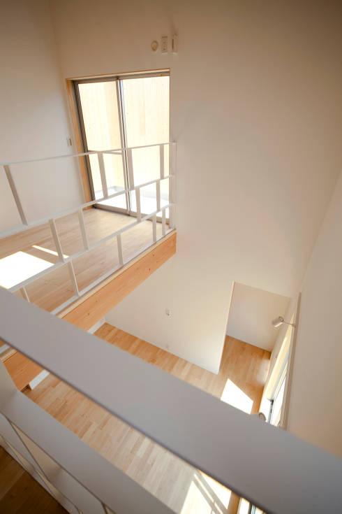 2階より1階を見る: 有限会社クリエデザイン/CRÉER DESIGN Ltd.が手掛けた和室です。