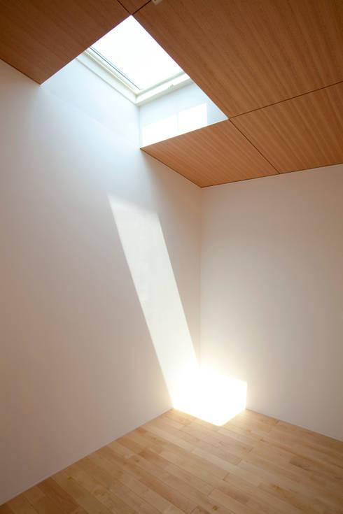 個室−2: 有限会社クリエデザイン/CRÉER DESIGN Ltd.が手掛けた寝室です。