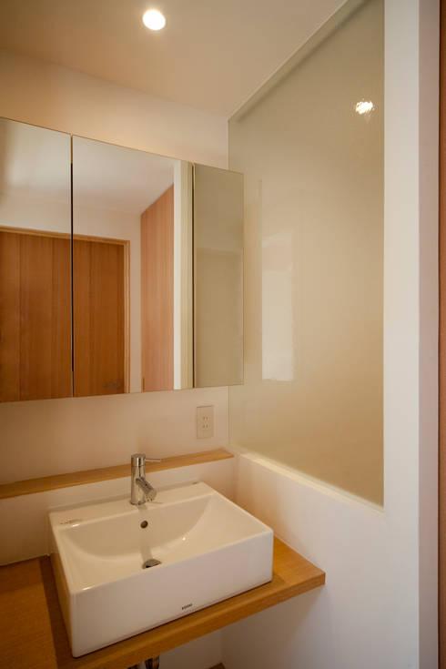 2階洗面: 有限会社クリエデザイン/CRÉER DESIGN Ltd.が手掛けた浴室です。