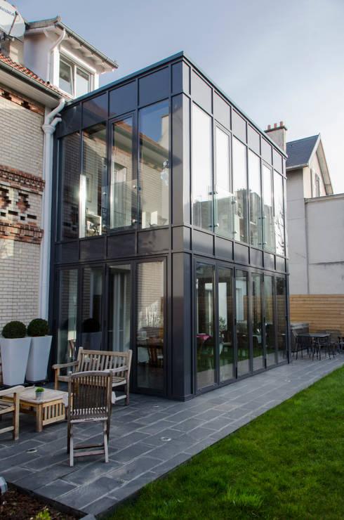 Murs rideaux sur 2 niveaux. : Terrasse de style  par METALLERIE SCHAFFNER