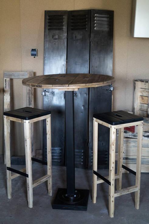 Table de bar et tabourets: Salle à manger de style  par Palettegraphik