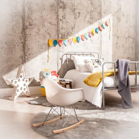 Replica de Sillas Eames : Habitaciones infantiles de estilo  de BEL AND SOPH