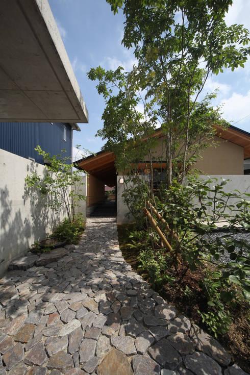 アプローチ: 青木昌則建築研究所が手掛けた家です。
