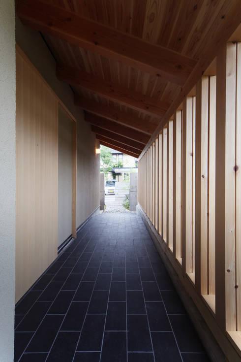玄関ポーチ: 青木昌則建築研究所が手掛けた家です。
