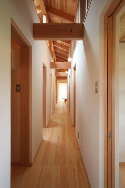 廊下: 青木昌則建築研究所が手掛けた廊下 & 玄関です。