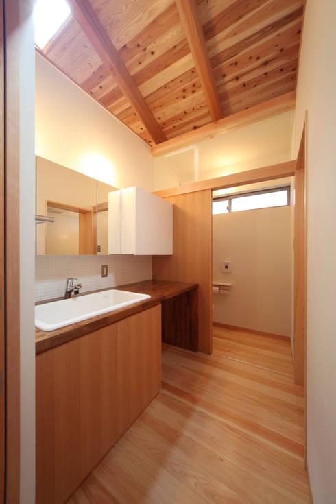 洗面脱衣: 青木昌則建築研究所が手掛けた浴室です。