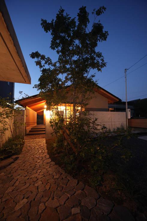 外観夕景: 青木昌則建築研究所が手掛けた家です。