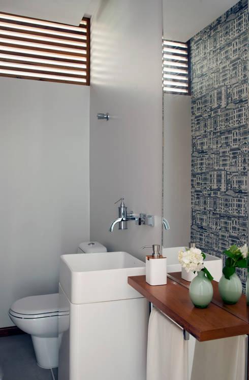 Apartamento - Bairro de Higienópolis: Banheiro  por CARMELLO ARQUITETURA