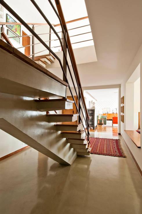 Apartamento Bairro de Higienópolis: Corredores e halls de entrada  por CARMELLO ARQUITETURA