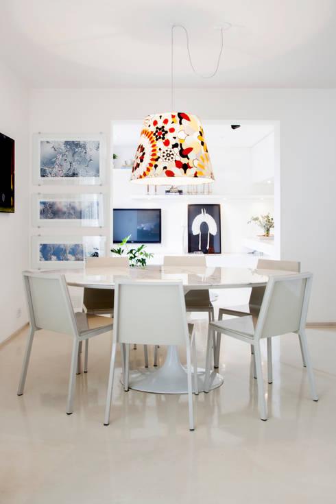 Mesa Saarinem e pendente com tecido Missoni Home: Salas de jantar minimalistas por Helô Marques Associados