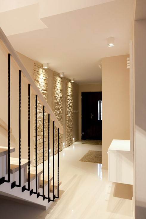 Realizacja projektu domu 160 m2 pod Krakowem: styl , w kategorii Korytarz, przedpokój zaprojektowany przez Lidia Sarad