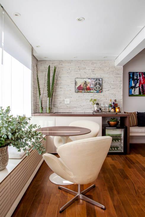 Apartamento Vila Olímpia: Adegas rústicas por Helô Marques Associados