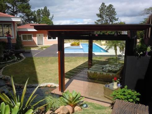 Espaço para cutir e relaxar: Piscinas tropicais por Flávia Brandão - arquitetura, interiores e obras