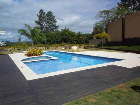 Piscina e spa : Piscinas tropicais por Flávia Brandão - arquitetura, interiores e obras