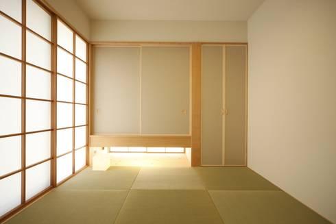 和室: 有限会社クリエデザイン/CRÉER DESIGN Ltd.が手掛けた寝室です。