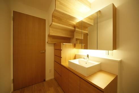 洗面脱衣室: 有限会社クリエデザイン/CRÉER DESIGN Ltd.が手掛けた浴室です。