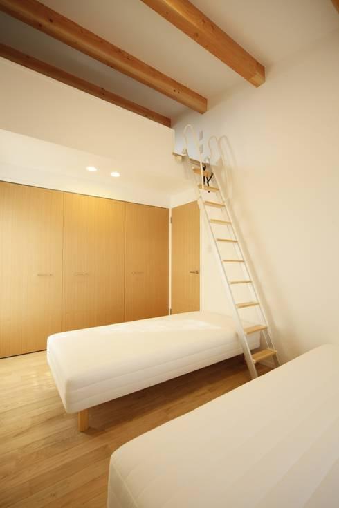 2階主寝室: 有限会社クリエデザイン/CRÉER DESIGN Ltd.が手掛けた寝室です。