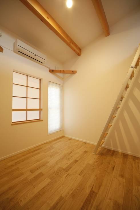 2階寝室-2: 有限会社クリエデザイン/CRÉER DESIGN Ltd.が手掛けた子供部屋です。