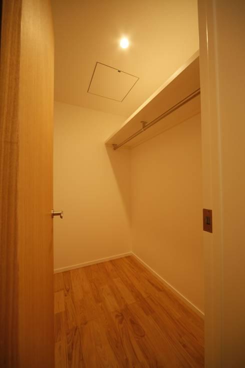ウォークインクローゼット: 有限会社クリエデザイン/CRÉER DESIGN Ltd.が手掛けた寝室です。