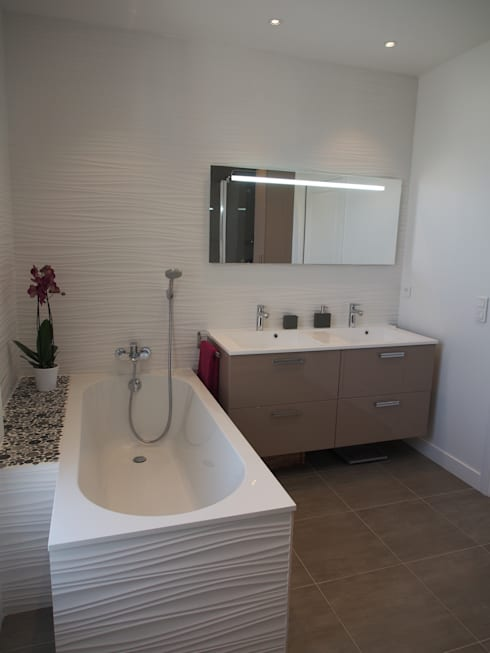 Maison agrandie et rénovée de tous cotés: Salle de bains de style  par agence MGA architecte DPLG