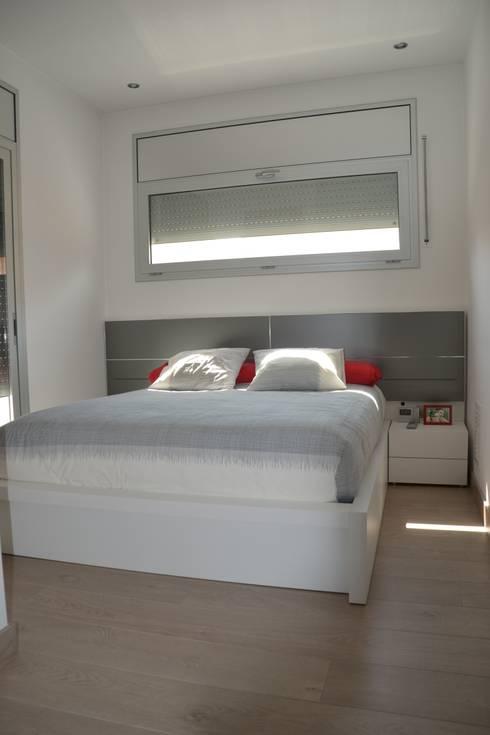 Casa Victor & MªJosé: Dormitorios de estilo moderno de Mireia Cid