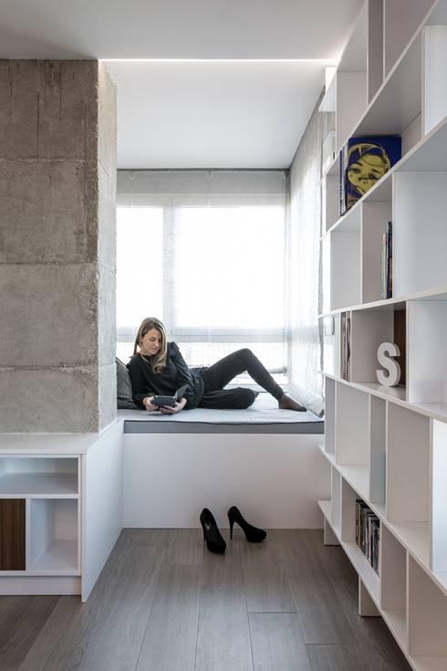 Rincón del sabio: Salones de estilo minimalista de LLIBERÓS SALVADOR Arquitectos