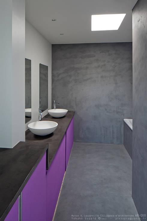 Maison Noire: Salle de bains de style  par ar-quo