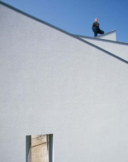 奥へと織りなす外壁: 久保田章敬建築研究所が手掛けた家です。