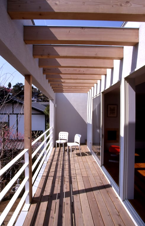 リビングと繋がるテラス: 久保田章敬建築研究所が手掛けたテラス・ベランダです。