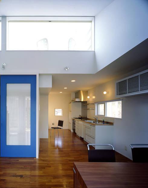 ダイニングとオープンなキッチン: 久保田章敬建築研究所が手掛けたキッチンです。