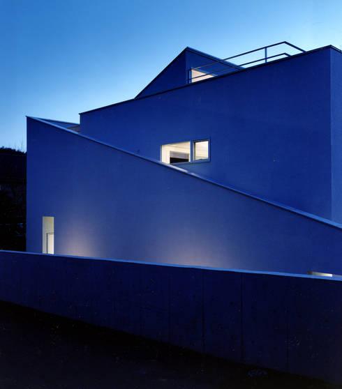 外観夜景: 久保田章敬建築研究所が手掛けた家です。