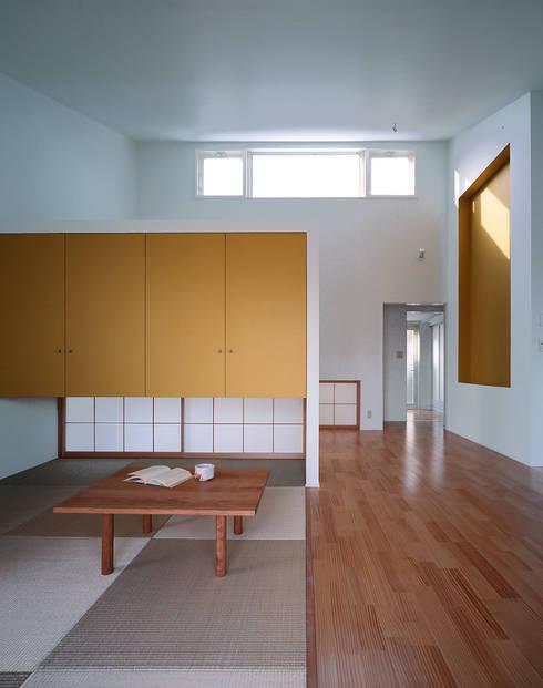 大椎町の家: 久保田章敬建築研究所が手掛けたリビングです。