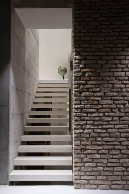 Abitazione privata: Pareti in stile  di Giraldi Associati Architetti